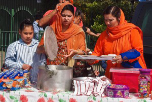 Sikh women serving langer